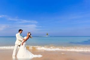 bigstock-beautiful-couple-on-the-beach--42187975